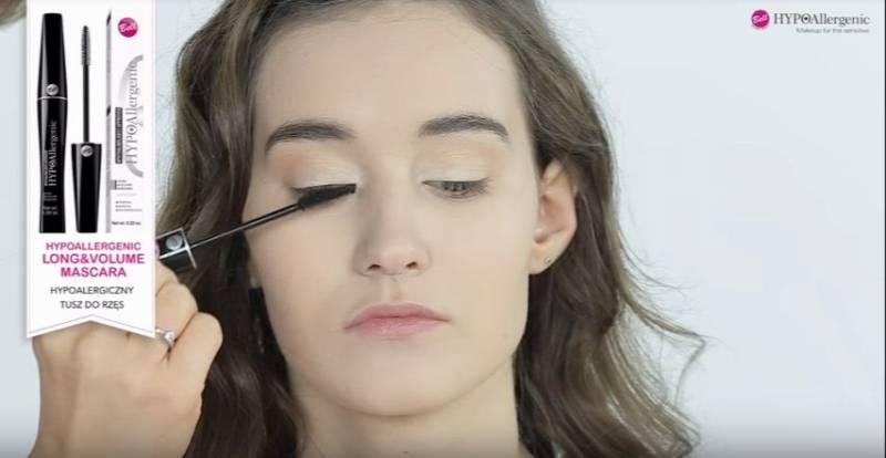 jak zrobić makijaż rozświetlający - wytuszowanie rzęs