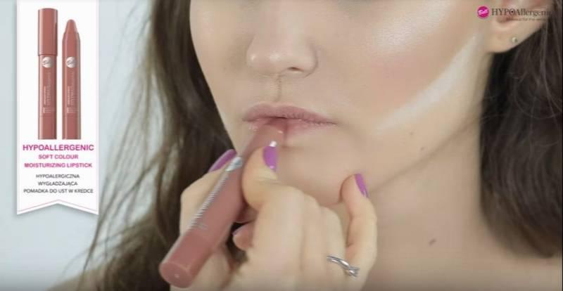 jak zrobić makijaż rozświetlający - nałożenie pomadki nude