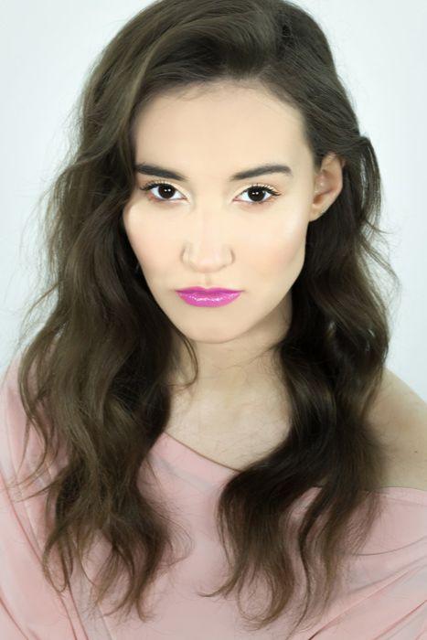 jak zrobić makijaż rozświetlający - gotowy makijaż z ustami w kolorze fioletu