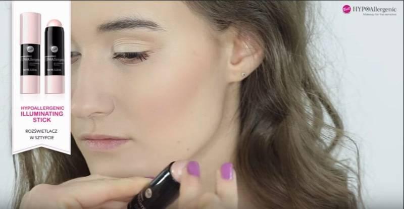 jak zrobić makijaż rozświetlający - nałożenie rozświetlacza w kremie