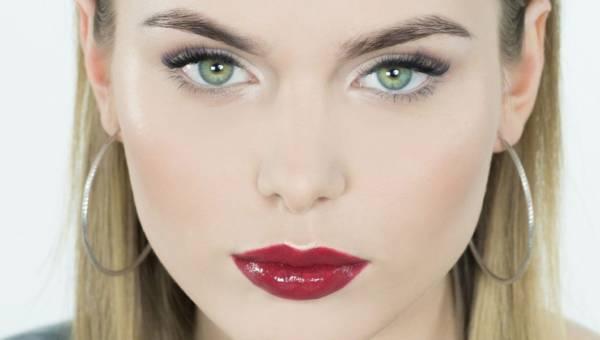 Trendy w makijażu: Błyszczące czerwone usta. 7 kroków do idealnych ust na wiosnę i lato