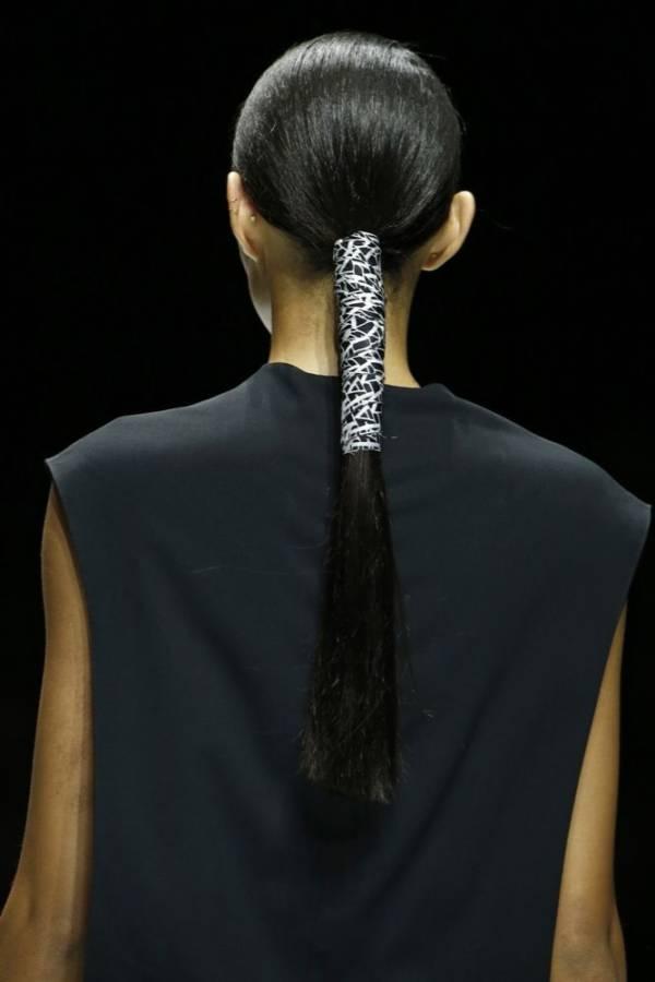 Modne fryzury damskie lato 2018 kucyk z tyłu