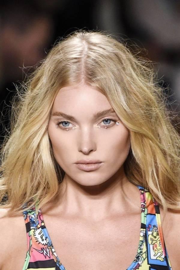 Modne fryzury damskie lato 2018 włosy połdługie blond