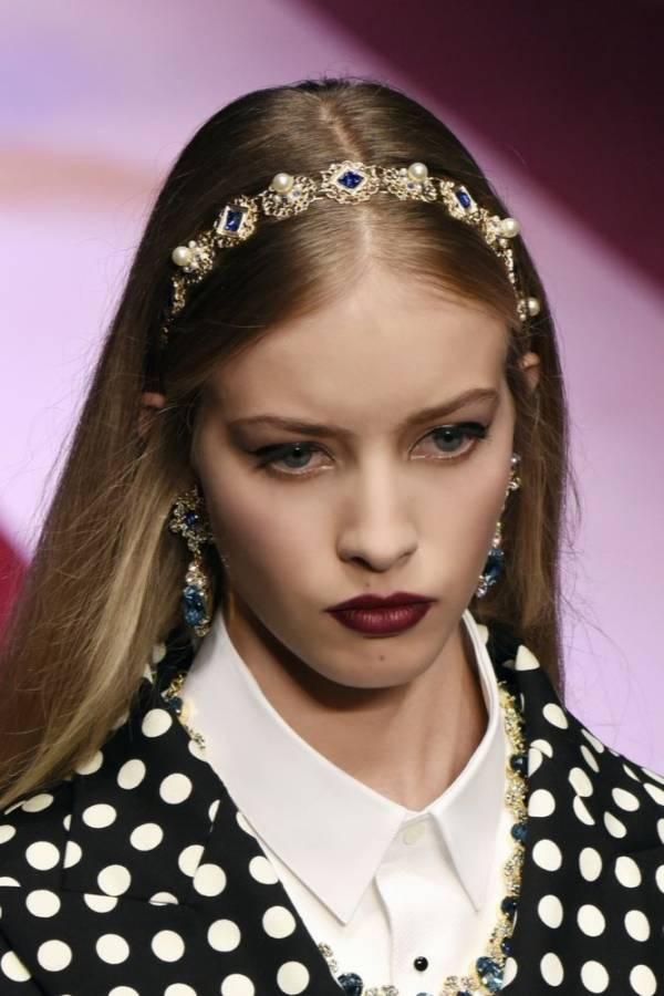 Modne fryzury damskie lato 2018 opaska biżuteryjna