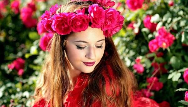 Czerwień i róż, czyli modny kontrastowy duet