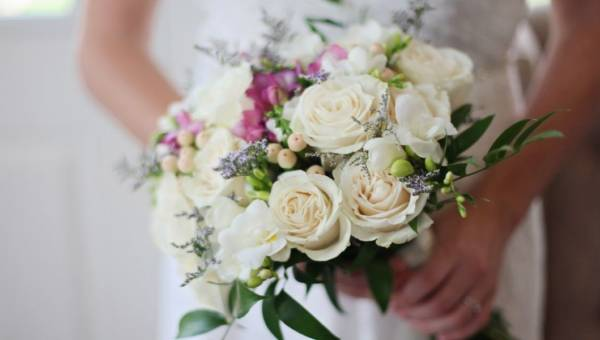 Bukiety ślubne na czerwiec. Jakie kwiaty wybrać?