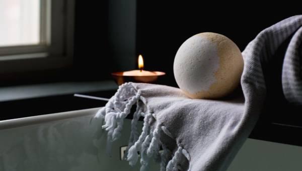 Kąpiele na bezsenność: jakie zioła pomogą Ci zasnąć?