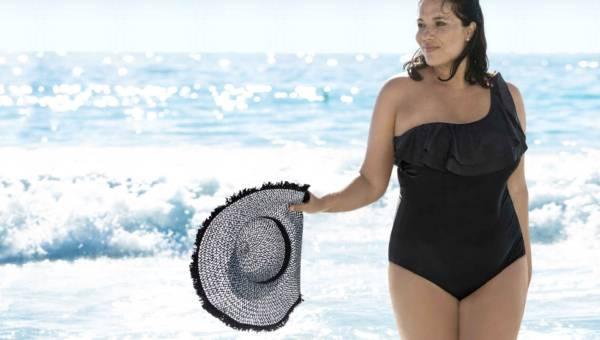 Czarny strój kąpielowy. Jaki kostium wybrać i jak go stylizować?