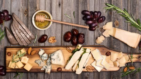 Przekąski na wieczór: deska serów – jakie sery wybrać?