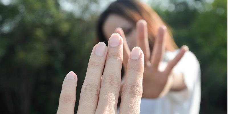 toksyczny związek _ dłonie