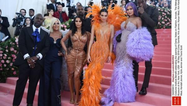 Styl sióstr Kardashian i Jenner. Czym się charakteryzuje?