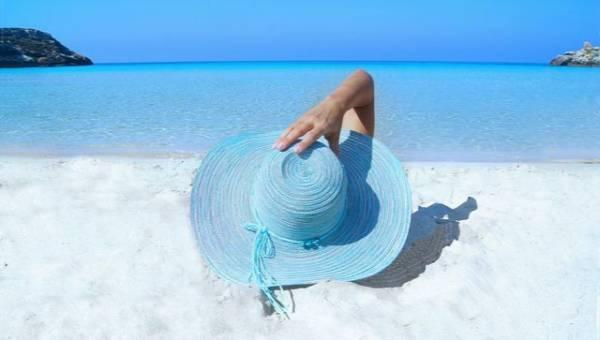 Słomkowy kapelusz XXL – nowy trend, który zastąpi krem z filtrem!
