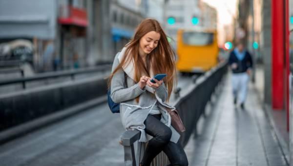 Poręczny i praktyczny telefon dla kobiety