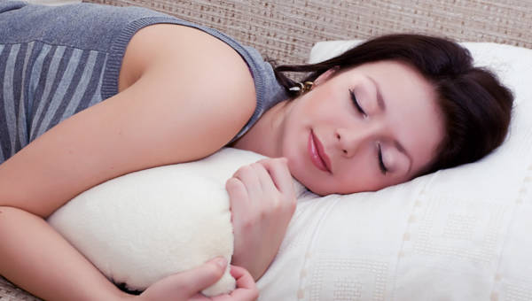 Jak zasnąć w upalną noc – poznaj 5 sprawdzonych trików