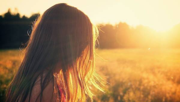 Włosy wysuszone i zniszczone słońcem? Oto jak poprawić ich stan!