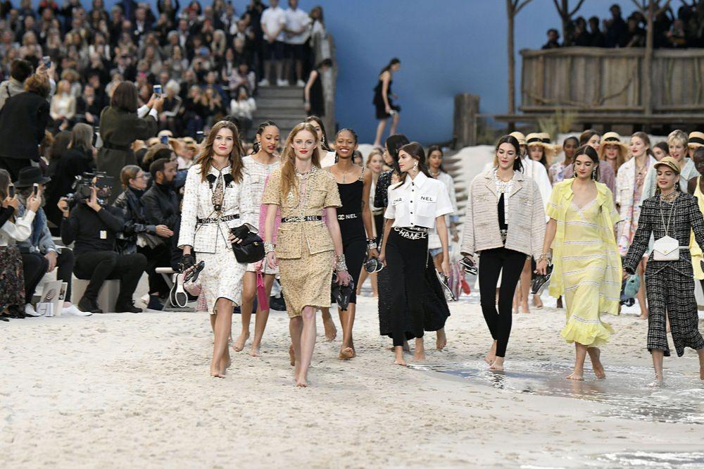74a5d0fb1ec55 Niezwykły pokaz mody Chanel wiosna lato 2019. Karl Lagerfeld przeniósł Paryż  nad morze!