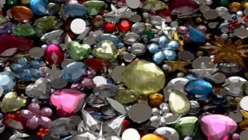 Trend na kamienie i kryształy – zdrowa moda czy luksusowy kaprys celebrytek?