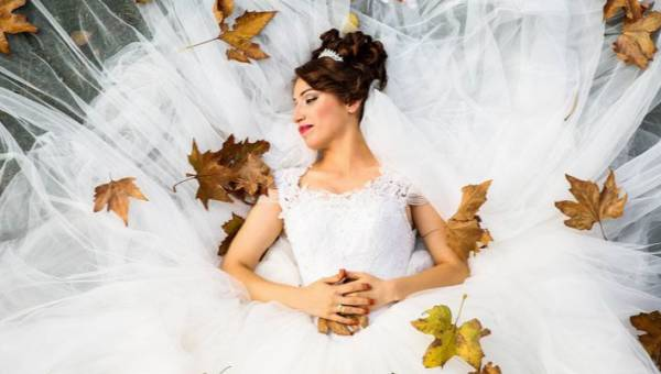 Zarezerwowałaś salę i zaczęłaś szukać sukni? Poznaj ślubne trendy 2019!