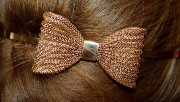 Jak nosić kokardy? Inspirujące fryzury z kultową ozdobą!