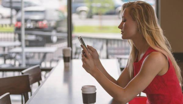 Wpływ używania smartfona na cerę, czyli ciemna strona radosnego scrollowania