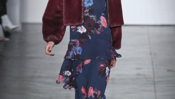 Sukienka w kwiaty na jesień. Zobacz jak powiew lata sprawdza się w jesiennych stylizacjach