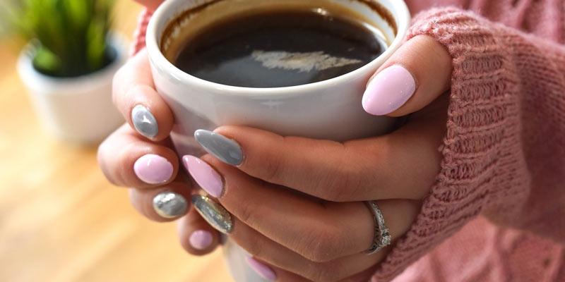szare i różowe paznokcie