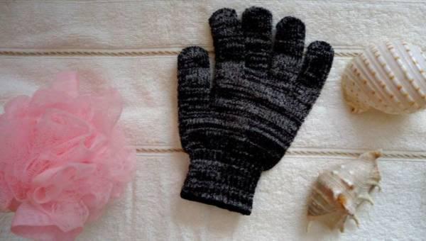 Przetestowałyśmy rękawicę do masażu z węglem aktywnym For Your Beauty, Wellness!