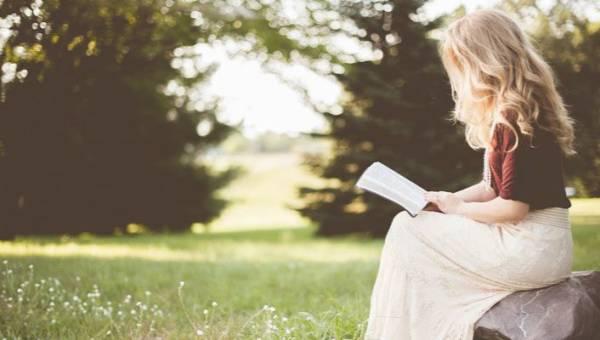 Zanim nadejdzie wiosna… Najnowsze książki o naturze, które zabiorą Cię na skąpaną w słońcu łąkę