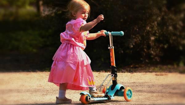 Hulajnoga, rolki czy rower? Jak spędzić wolny czas z dzieckiem