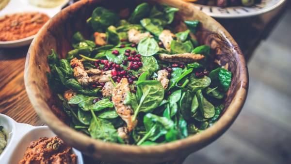 Co dodać do sałatki, aby była zdrowa, sycąca i wyrazista? 8 składników, które czynią cuda na talerzu!