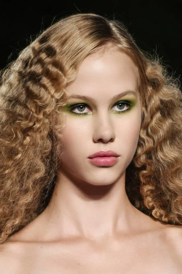 modne fryzury i makijaże