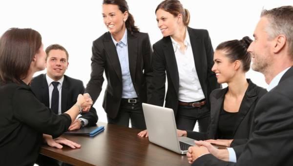 Jak rozmawiać z kolegami z pracy? 6 tematów, których lepiej unikać