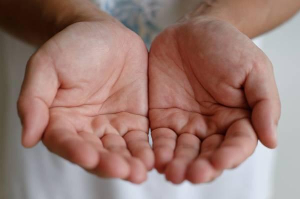 dłonie ułożone w kształt miseczki