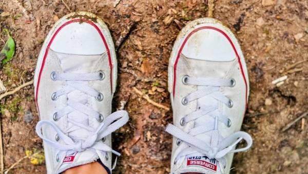 Stylizacje z białymi butami – kozaki, sneakersy i obcasy w sam raz na wiosnę. Znajdź inspirację!