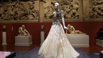 Współczesna moda wydaje Ci się ekscentryczna? Poznaj najdziwniejsze trendy z poprzednich epok!