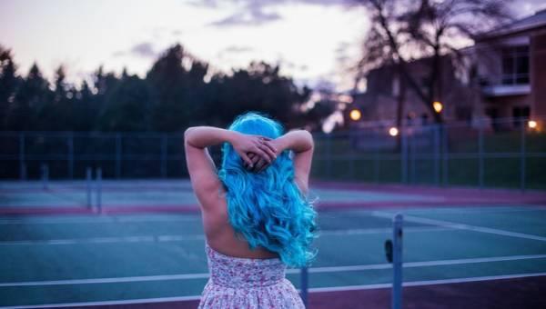 Periwinkle na włosach – kolor w wiosennym odcieniu barwinka. Odważysz się na pastelową zmianę?