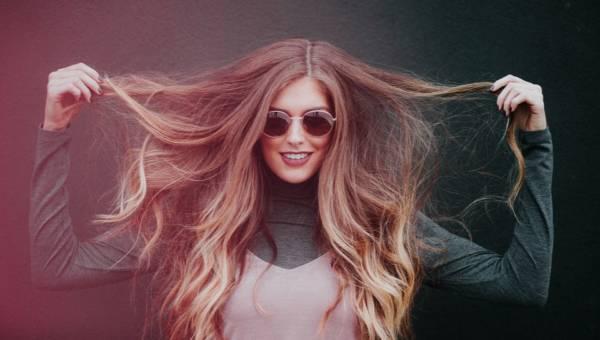 Twoja fryzura traci na objętości? Poznaj główne przyczyny wypadania włosów i zatrzymaj znienawidzony proces