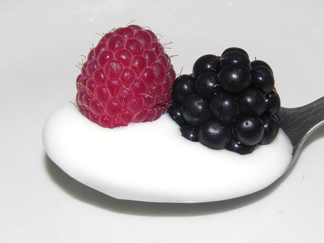 łyżeczka jogurtu z maliną i jeżyną