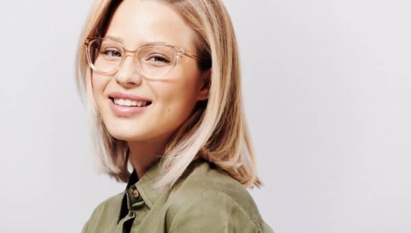 Przezroczyste oprawki w okularach korekcyjnych i przeciwsłonecznych nadal modne w 2019 roku