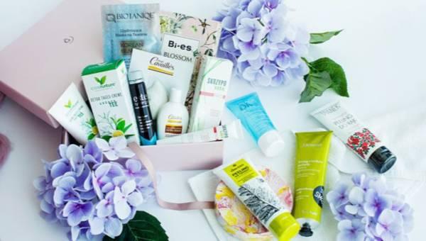 Masz ochotę na wiosenne niespodzianki? Odkryj z nami tajemnice majowych beauty boxów: Flower Bloom i Goldenbox no. 11!