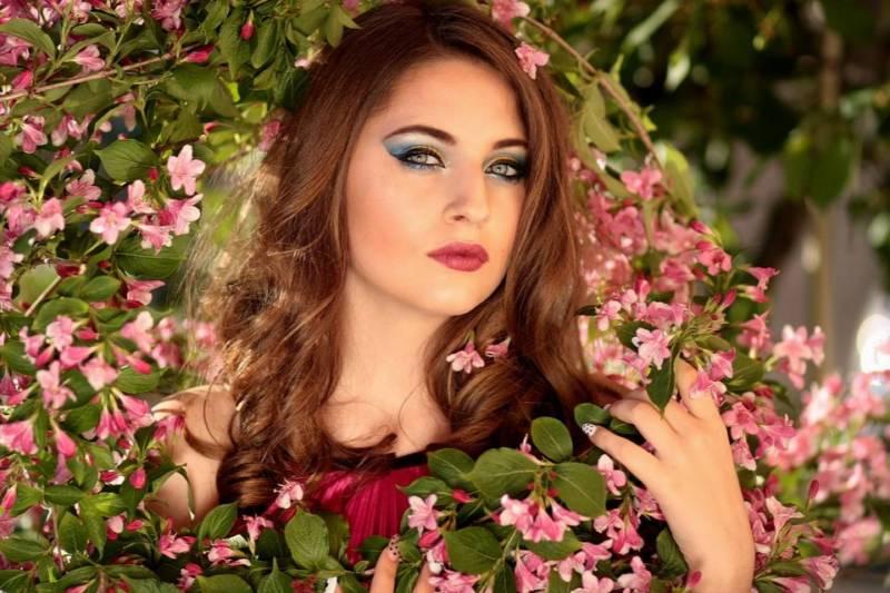 piękna kobieta z manicure