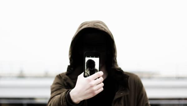 Efekt selfie – coraz więcej młodych ludzi ląduje na fotelach chirurgów plastycznych chcąc skorygować wady, których… nie ma!