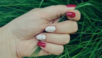 Akwarelowe paznokcie – manicure idealny na lato, festiwale pod chmurką i artystyczne imprezy!
