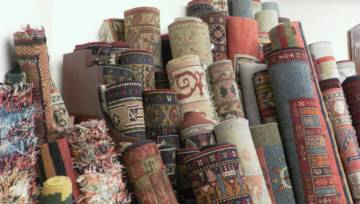 Torby z dywanu. Prada wkracza w nowy wymiar recyklingu wraz z kolekcją Re-Nylon