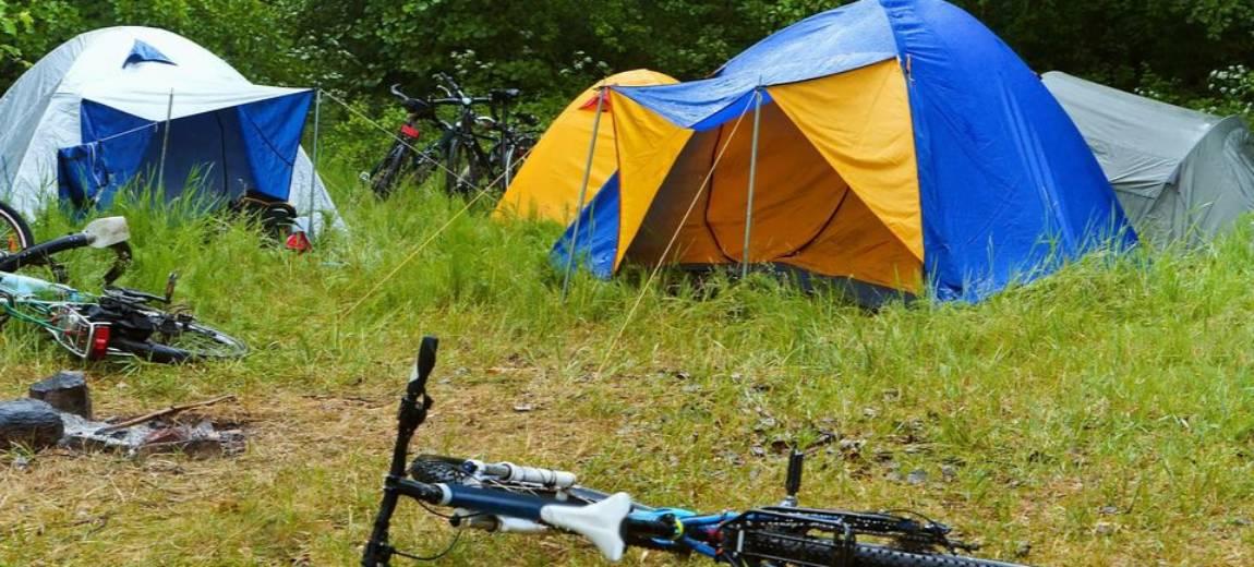 Sprytne rozwiązania na kempingu. 8 trików, dzięki którym zaskoczysz wszystkich pod namiotem