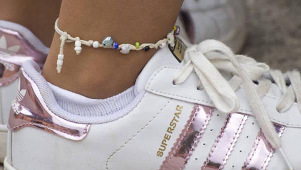Bransoletki na nogę znów są modne! Jakie modele zobaczymy na plażach tego lata?