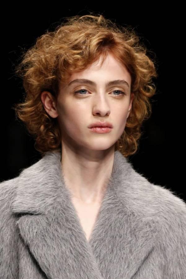 krótka fryzura z kręconymi włosami w kolorze rudym