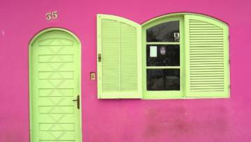 Czy jako dziewczynka chciałaś zamieszkać w domku swojej Barbie? Zobacz różowy dom rodem z dziecięcych marzeń!