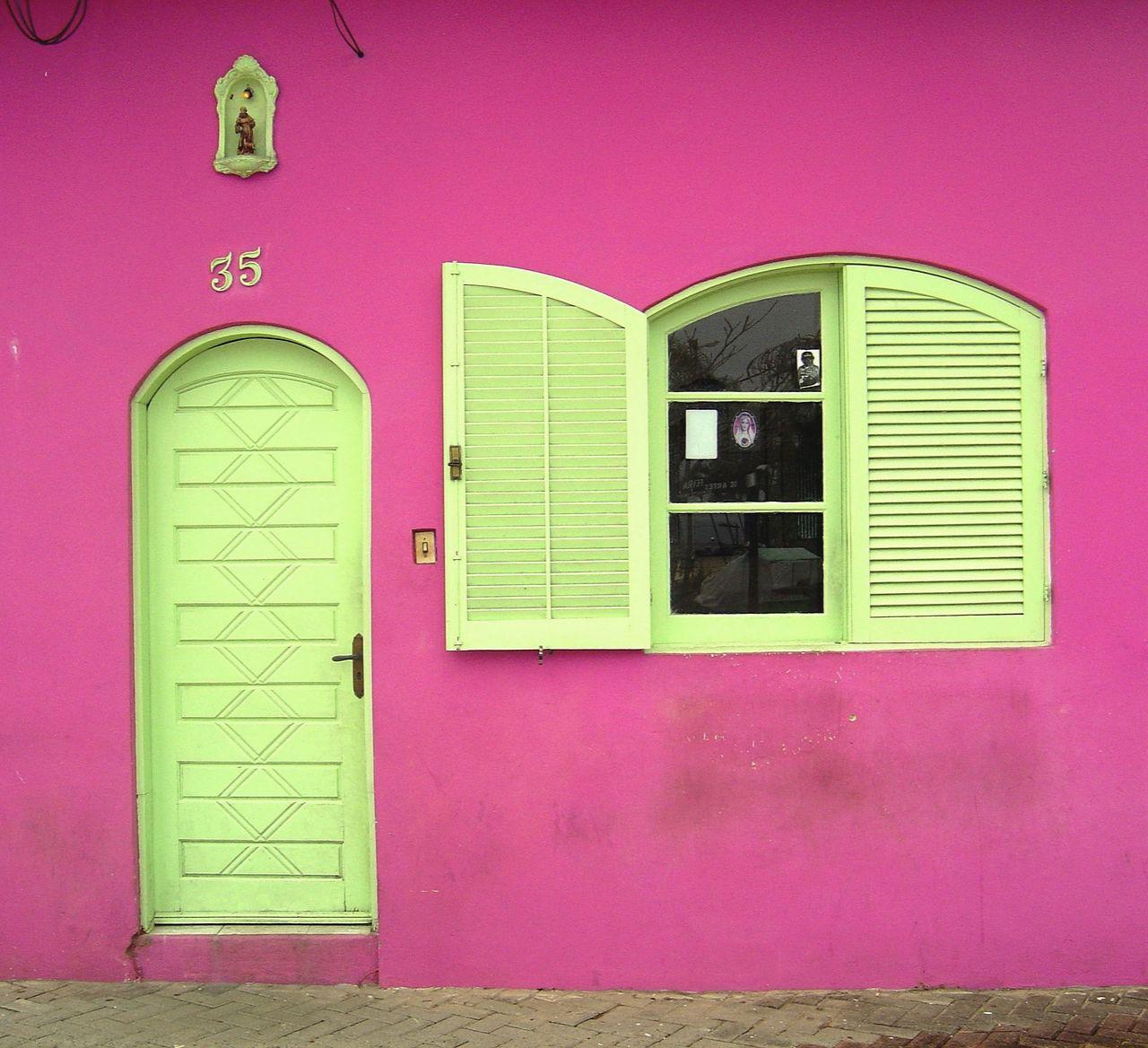 różowy dom