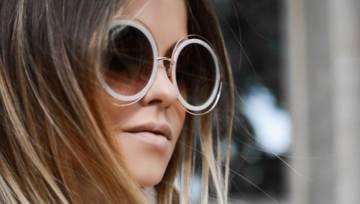 Ciemne okulary w plastikowych białych oprawkach – mikrotrend, który tego lata robi prawdziwą furorę